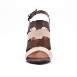 Sandalia café en piel sintética de tacón alto