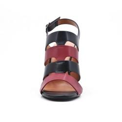 Sandalia negra en piel sintética con tacones altos.