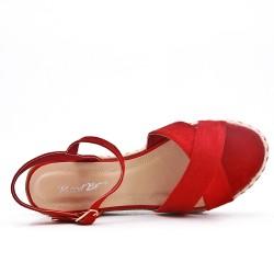 Sandale rouge compensée en simili daim