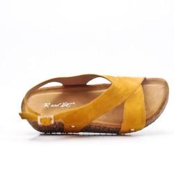 Sandalia confort amarillo con tacón de cuña