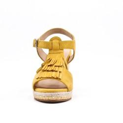Sandale jaune compensée en simili daim à frange