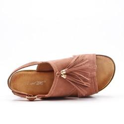 Sandalia rosa con flecos y suela gruesa.