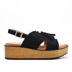 Sandalia negra con flecos y suela gruesa.