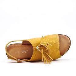 Sandalia amarillo con flecos y suela gruesa
