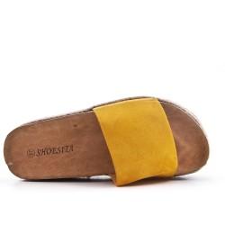 Claquette jaune en simili daim avec plateforme
