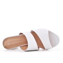 Zapatilla blanca de piel sintética con tacón.