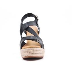 Sandalia negra con tacón de cuña