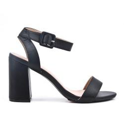 Sandalia de piel imitación negra con tacón.