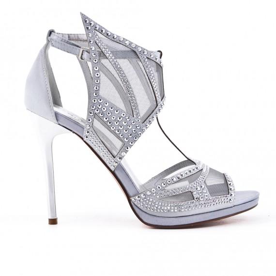 Sandalia de plata con pedrería de tacón alto.