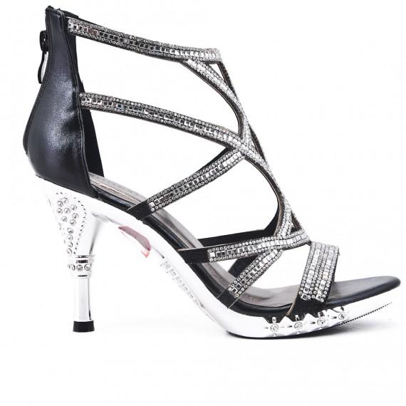 Sandalia de negro con tacones adornados con strass