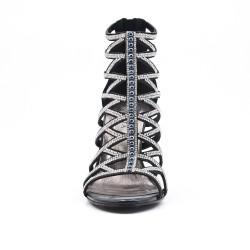 Sandalia de negro con pedrería de tacón alto