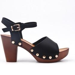 Sandalia de piel sintética negra con tacón
