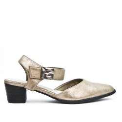 Sandalia dorada con punta puntiaguda