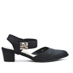 Sandalia negra con punta puntiaguda