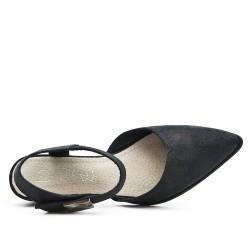 Zapato negro con punta puntiaguda.