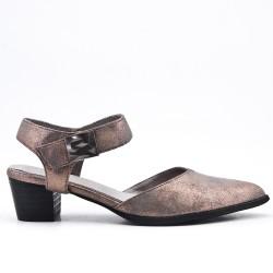 Zapato gris con punta puntiaguda.