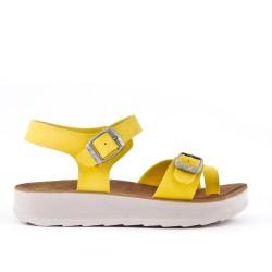 Sandalia amarillo de confort con tiras abrochadas