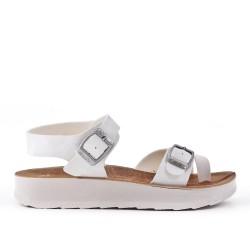 Sandalia blanca de confort con tiras abrochadas