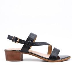 Sandalia negra de confort en piel sintética con tacón pequeño