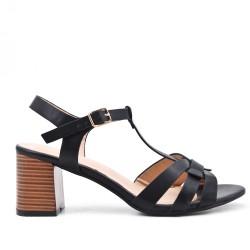 Sandalia negra en gamuza sintética con tacón