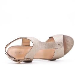 Sandalia de piel sintética oro con tacón