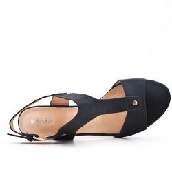 Sandalia de piel sintética negra con tacón.