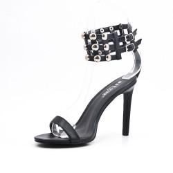 Sandalia negra con tachuelas