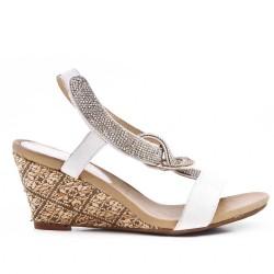 Sandale blanche ornée de strass à petit compense