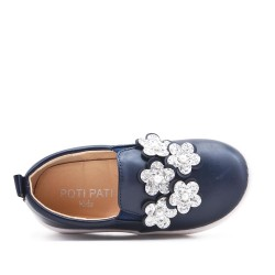 Tenis niña azul decorada con flores