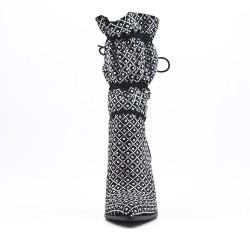 Botín negro con pedrería y tacón de aguja
