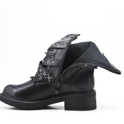 Botas negras de piel sintética con correas abrochadas