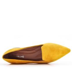 Zapatos de tacón de ante amarillo con tacón pequeño