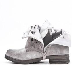 Botines gris de piel imitación con correas abrochadas
