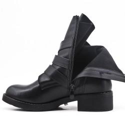 Botines negros de piel imitación con correas abrochadas
