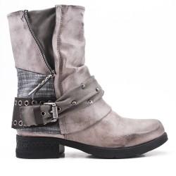 Botas gris de piel sintética con correas abrochadas
