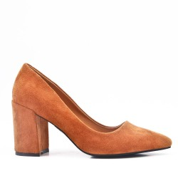 Camel pump in faux suede with pointed toe