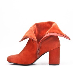Red boot in faux suede with heel