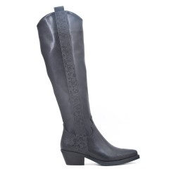 Botas negras de piel artificial con tacones pequeños