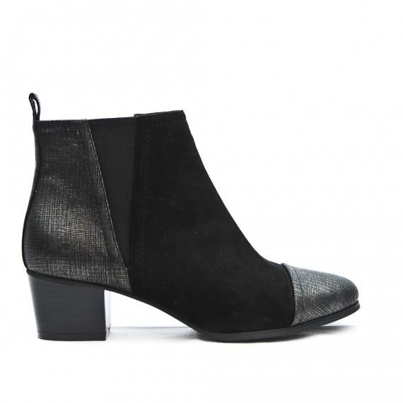 Black ankle boot with elastic yoke