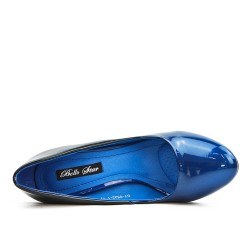 Zapato de tacón azul con tacón transparente