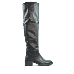 Black boot in imitation leather with a chain on the back