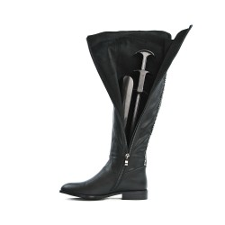 Black boot in faux leather with back design