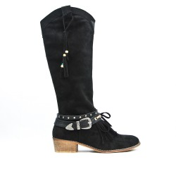 Black boot in faux suede with buckle