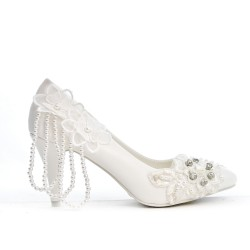 Evening shoe with beaded chain