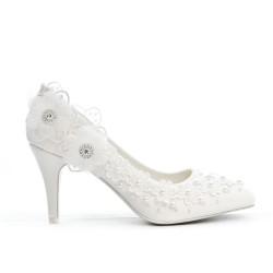Evening pumps with lace flowers