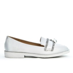 White moccasin with bangs