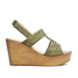 Sandale verte compensée en simili daim perforé