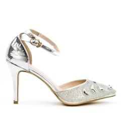 Silver sandal with a rhinestone tip