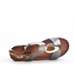 Sandalia gris con tacón grande