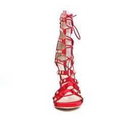 Sandalia de encaje rojo con tacón alto
